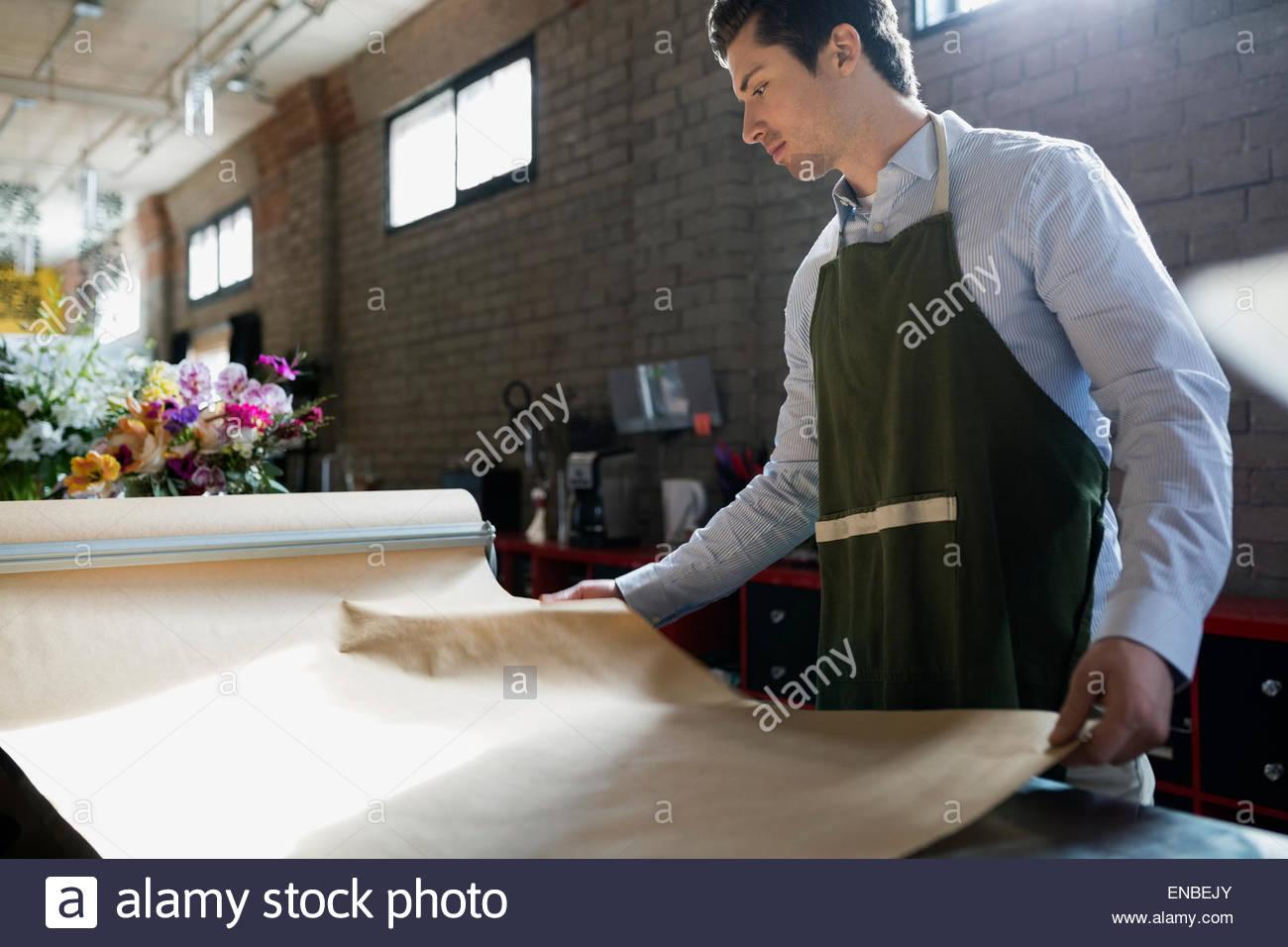 Vermittlung von Kraftpapier im Blumenladen Blumengeschäft Stockbild