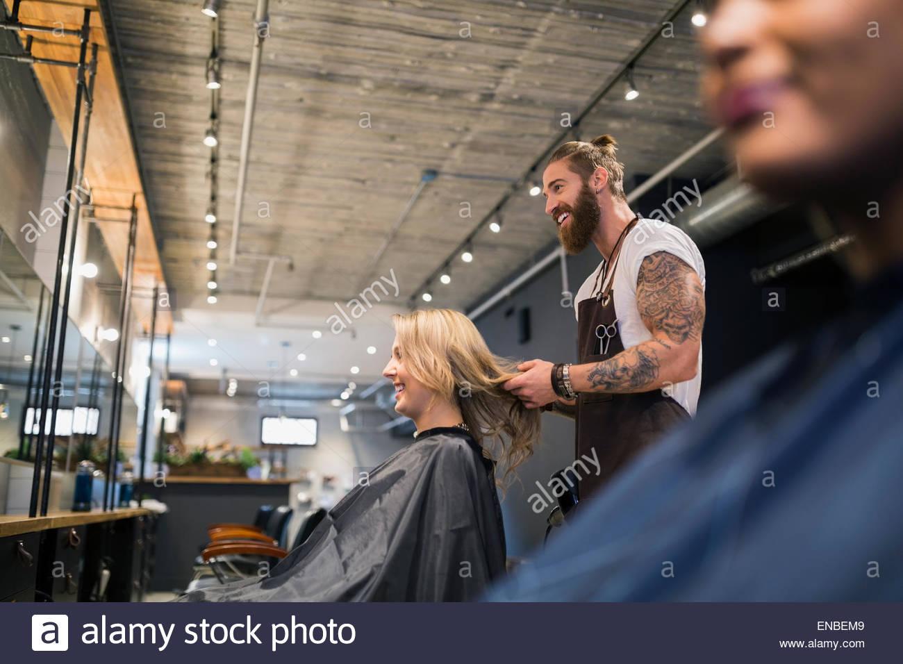 Männliche Friseur Haar-Styling Womans im Friseursalon Stockbild