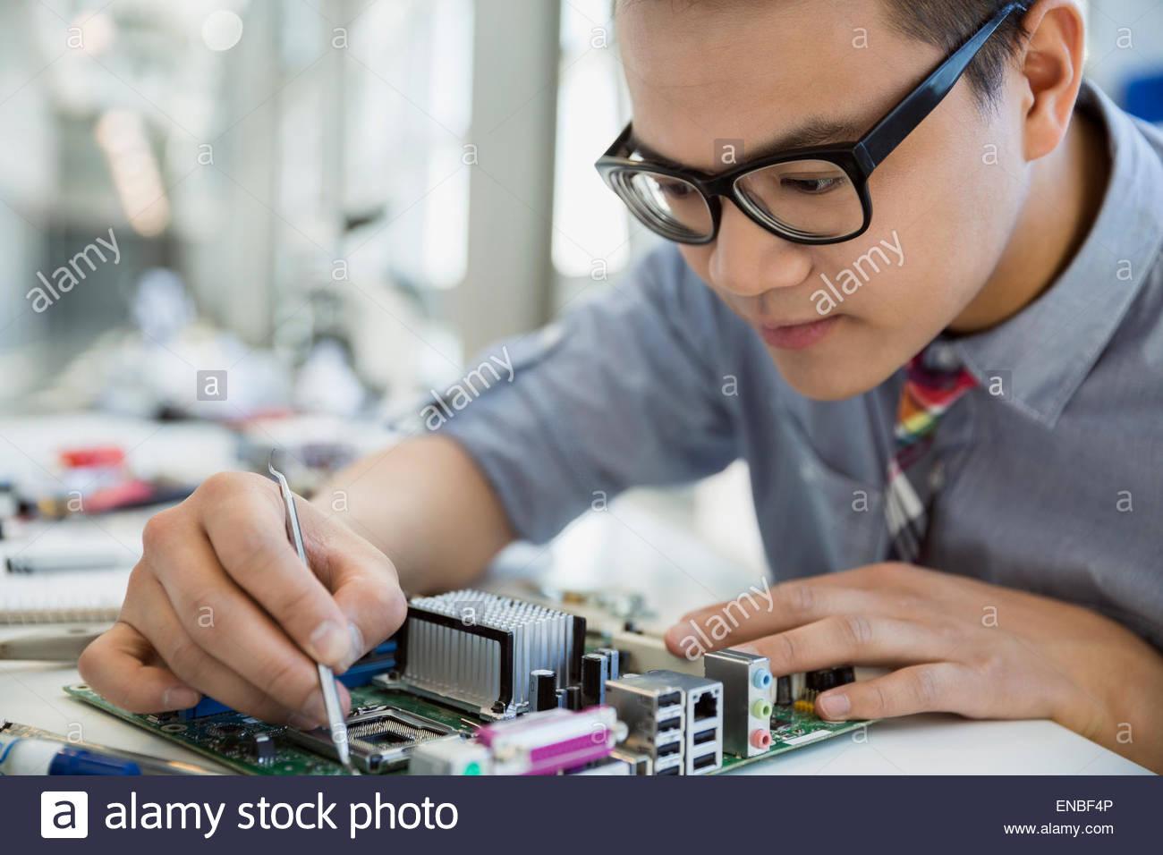 Ingenieur Montage Platine konzentriert Stockbild