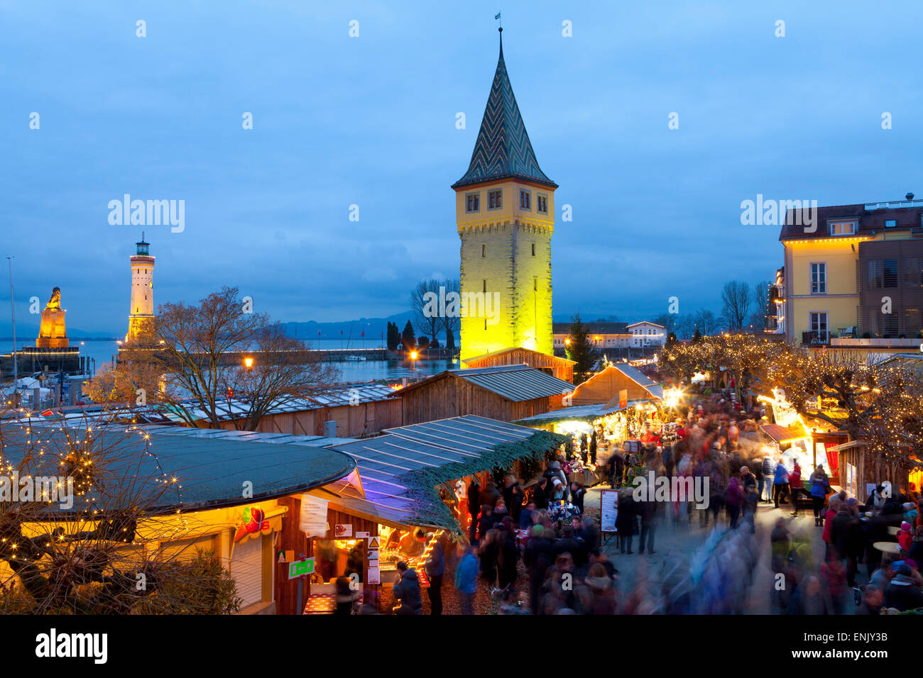 Weihnachtsmarkt entlang Lindaus historischen Hafen, Lindau Im Bodensee, Deutschland, Europa Stockbild