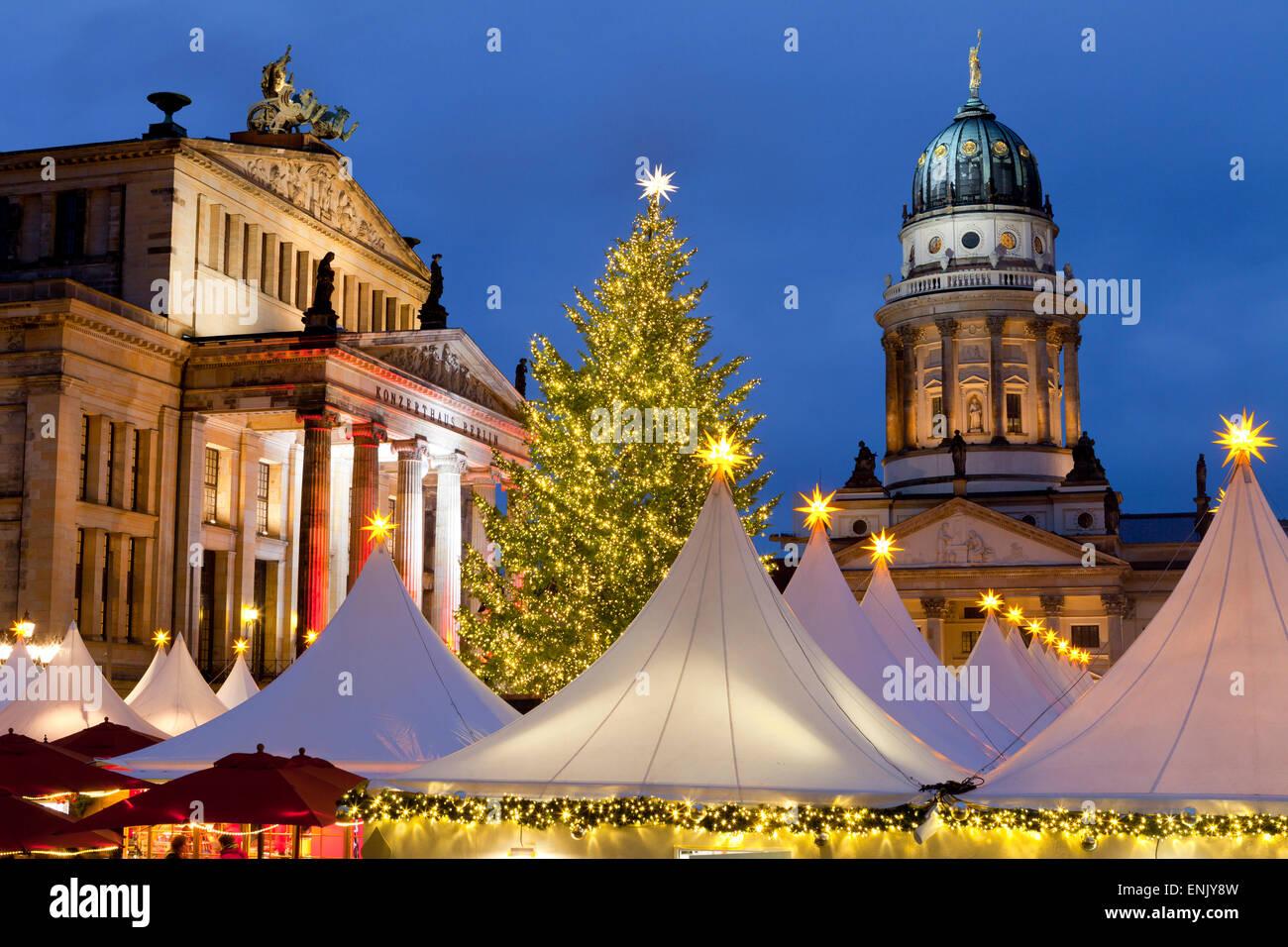 Der Gendarmenmarkt Weihnachtsmarkt, Theater und französischen Dom, Berlin, Deutschland, Europa Stockbild