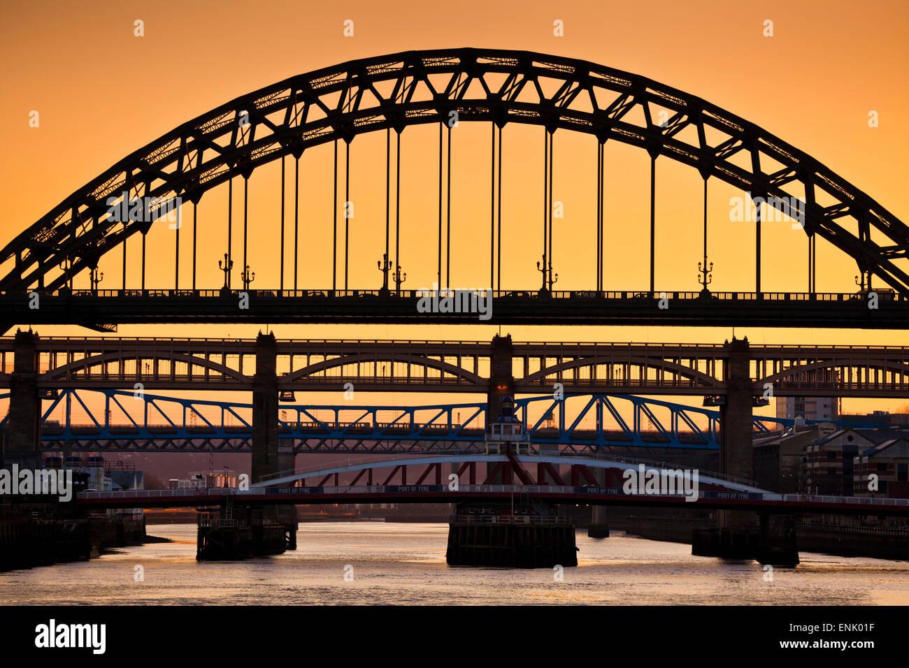 Skyline von Newcastle Upon Tyne, Gateshead mit der Tyne Brücke über Fluß Tyne, Tyne and Wear, Tyneside, Stockbild