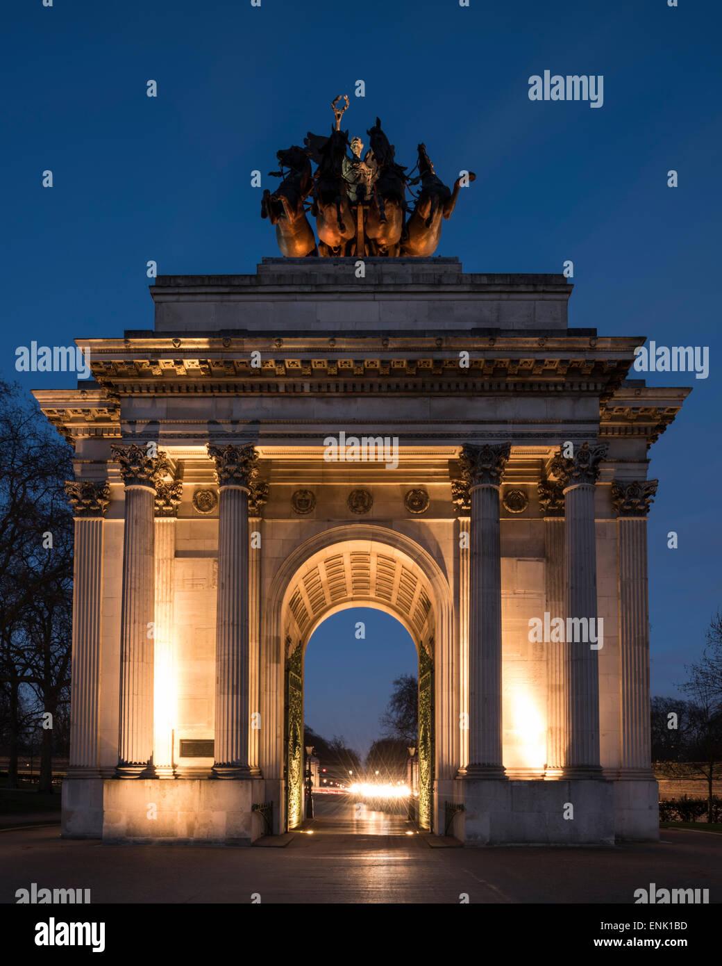 Außenseite des Wellington Arch in der Nacht, Hyde Park Corner, London, England, Vereinigtes Königreich, Stockbild
