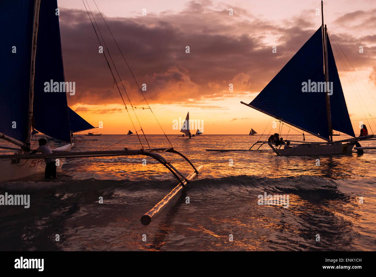 Paraw Boote, White Beach, Boracay, die Visayas, Philippinen, Südostasien, Asien Stockbild