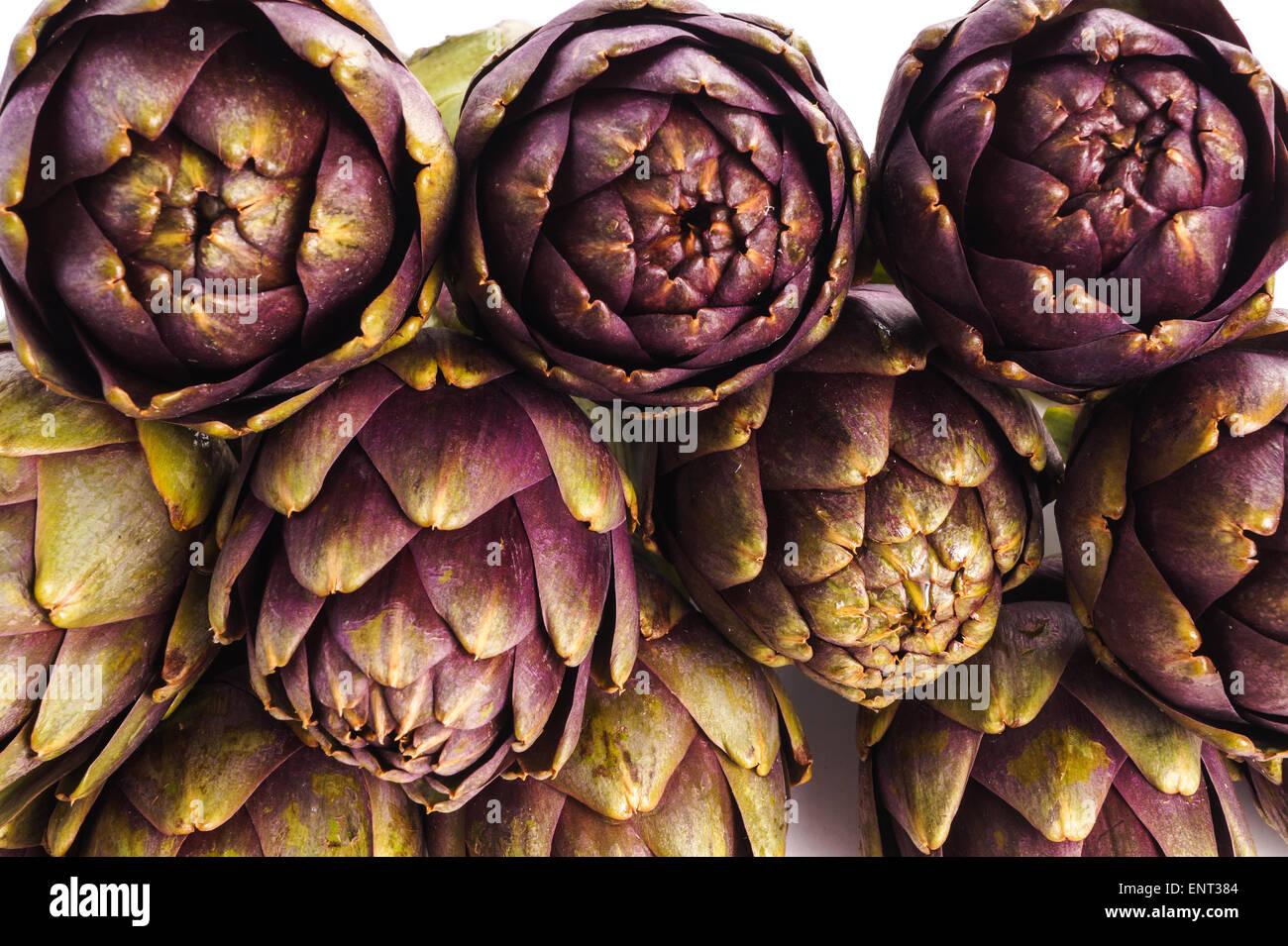 Haufen von lila Artischocken kochbereit, isoliert Stockbild