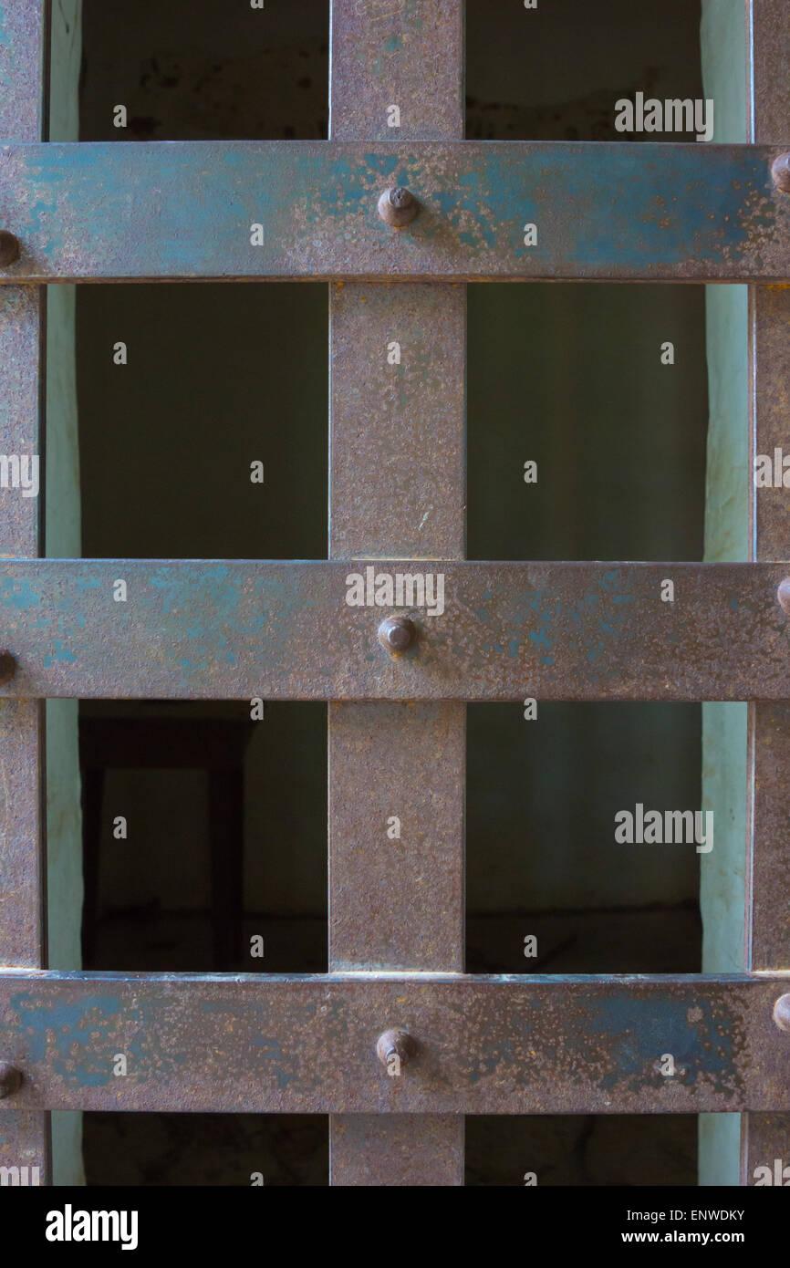 Rostigem Eisen Rost Dichtungen geschlossen eine Gefängniszelle. Stockbild