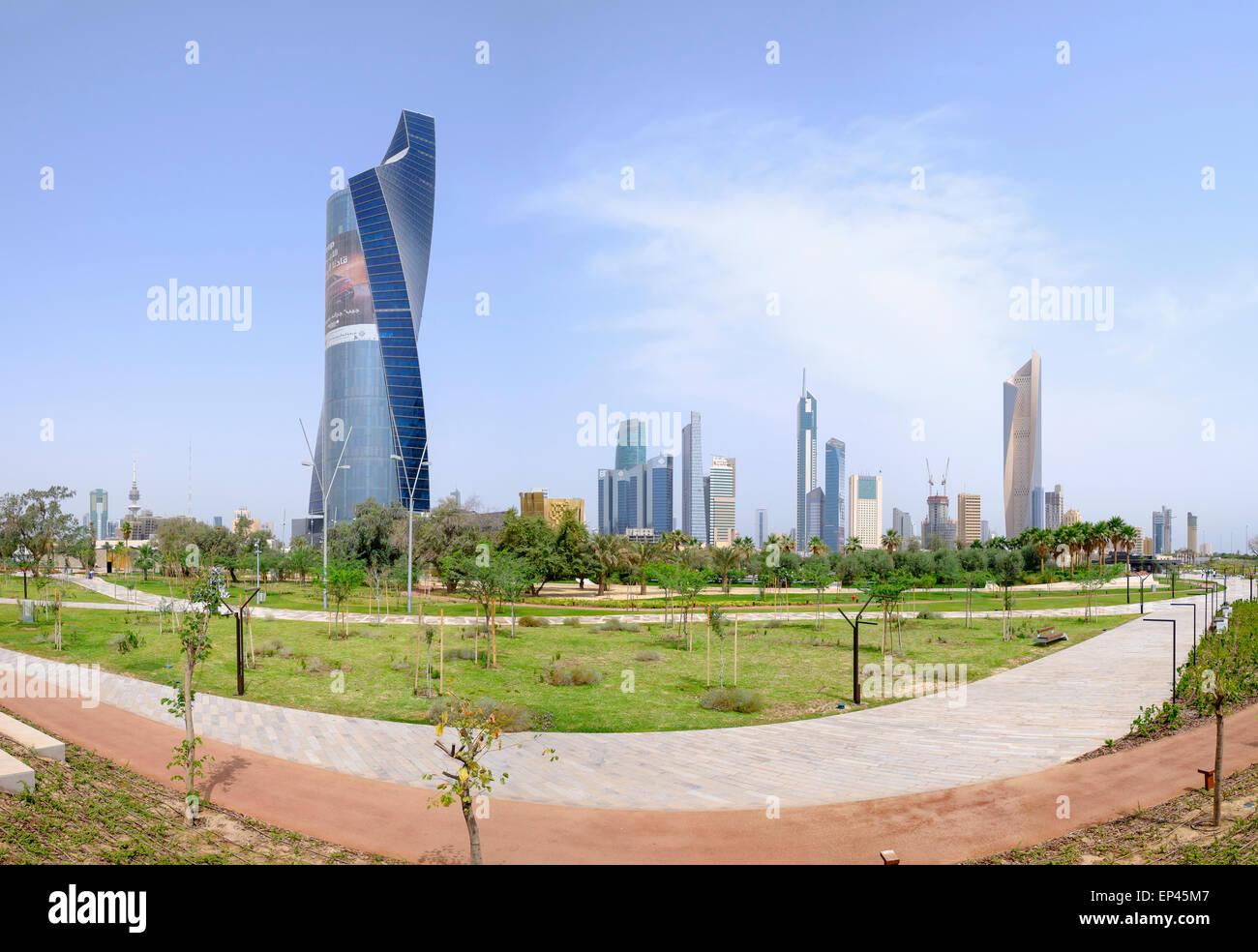 Skyline des Central Business District (CBD) vom neuen Al-Shaheed-Park in Kuwait-Stadt, Kuwait Stockbild