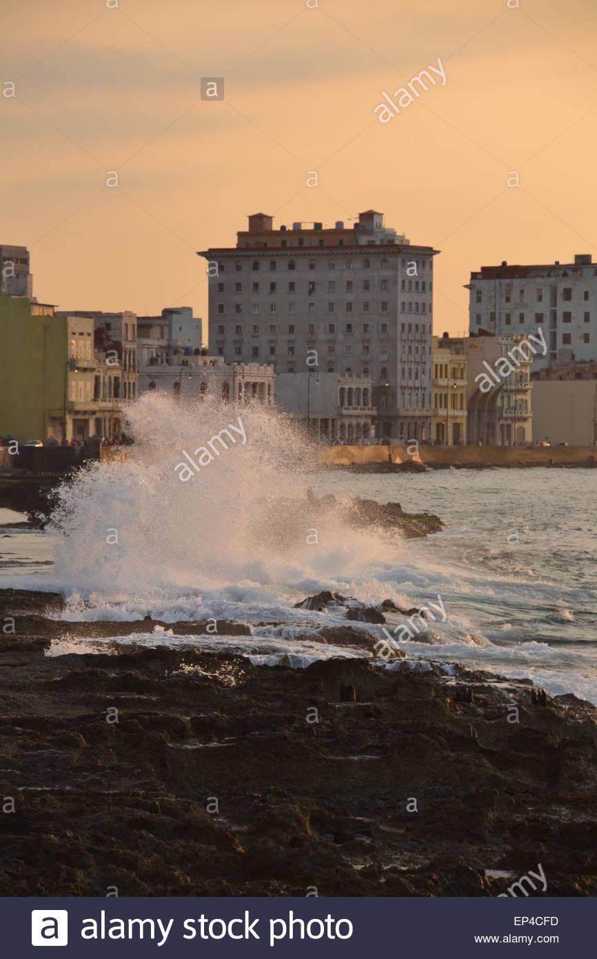 Sonnenuntergang und brechenden Wellen über el Malecón (Malecon), Havanna, Kuba Stockbild