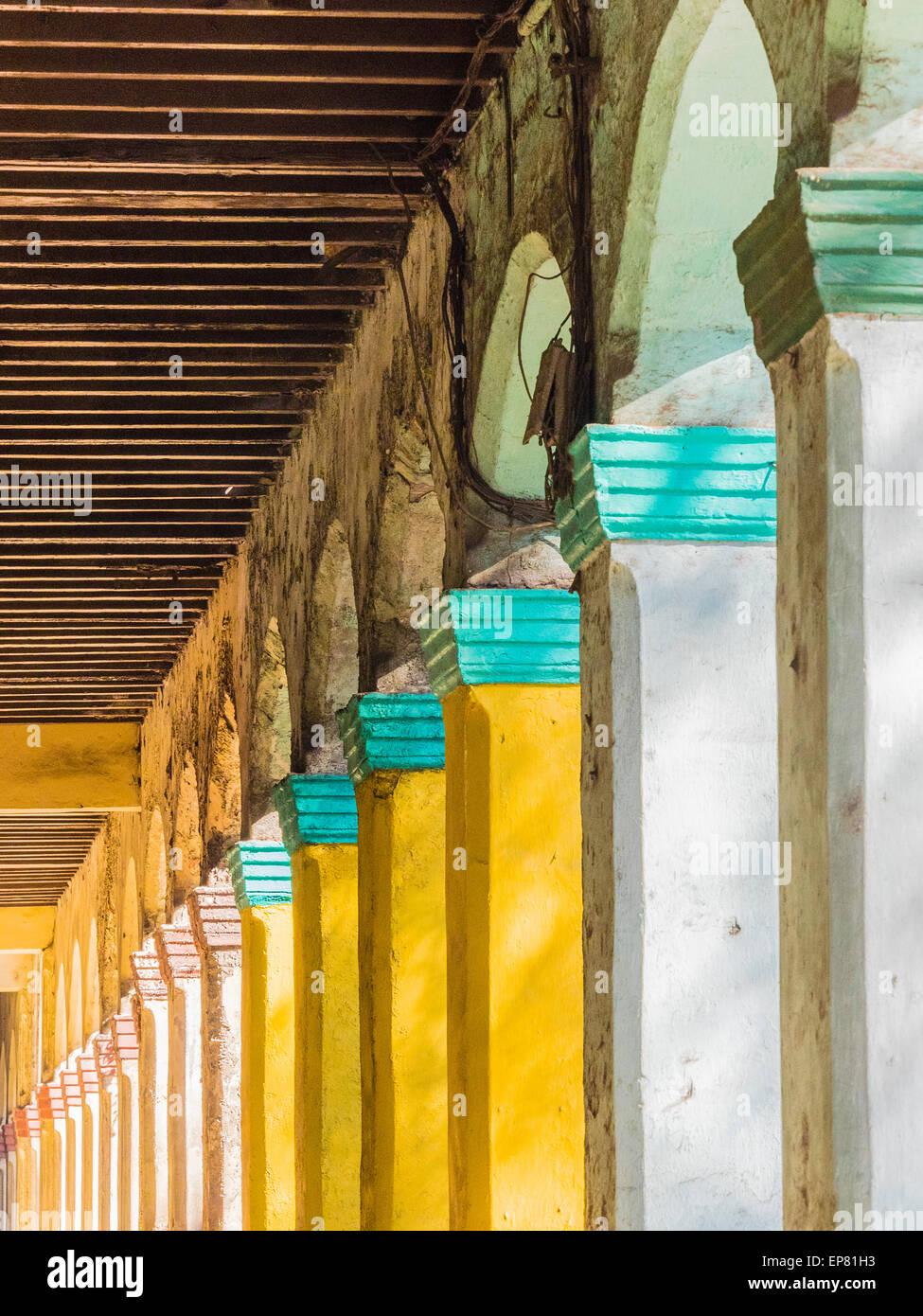 Sich wiederholendes Muster von bunten Decksteine auf Spalten in Havanna Vieja, Kuba. Stockbild