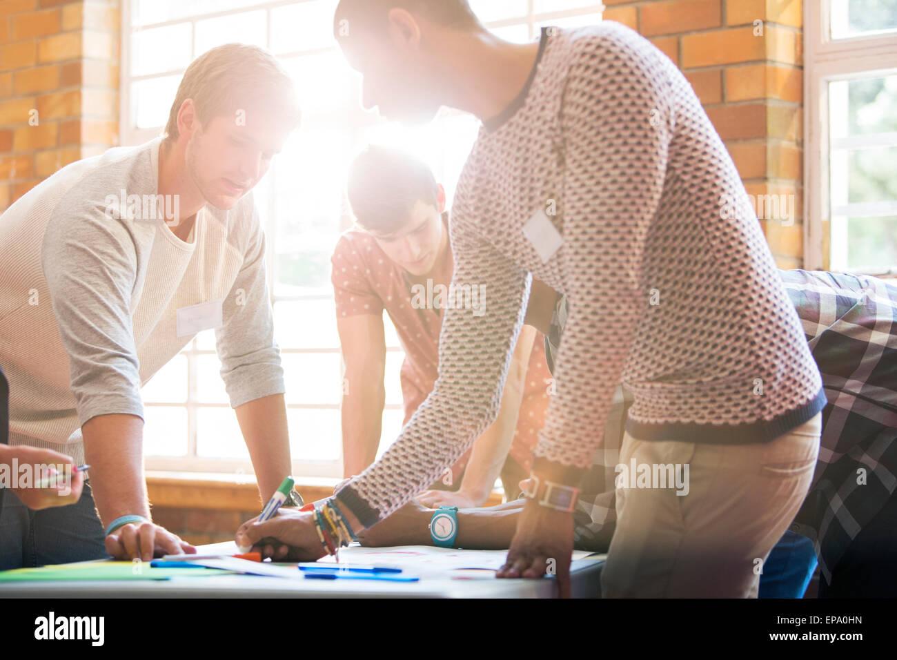 kreative Business-Leute schreiben Tabelle Stockbild