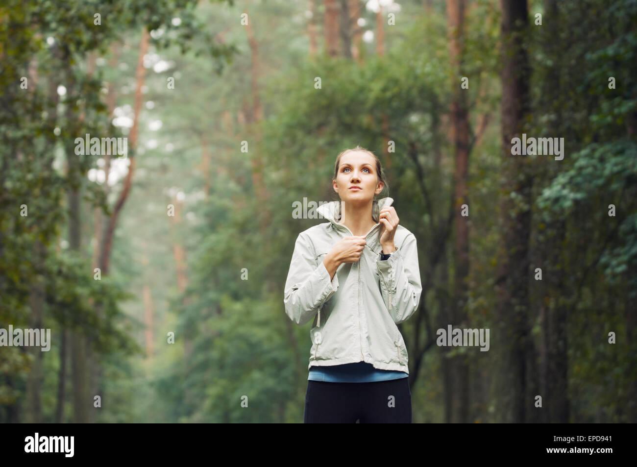 gesunder Lebensstil Fitness sportliche Frau rennt in den frühen Morgenstunden im Waldbereich, gesunden Lebensstil Stockbild