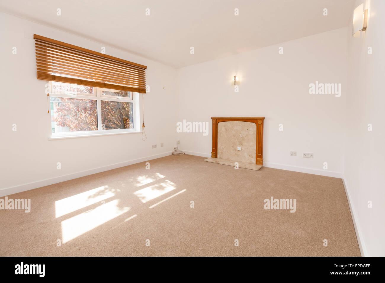 Frisch dekorierte Wohnzimmer in weißen neutralen Farben kaufen ...
