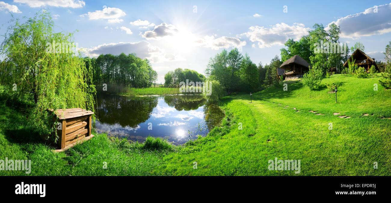 Holzhaus in der Nähe von River am sonnigen Tag Stockbild