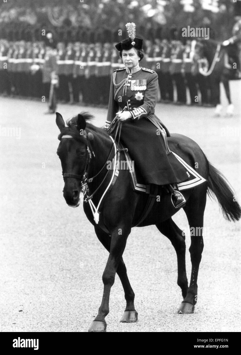 Die Königin nimmt Teil an Trooping die Farbe Zeremonie mit dem 1. Bataillon Irish Guards, Horse Guards Parade,, Stockbild