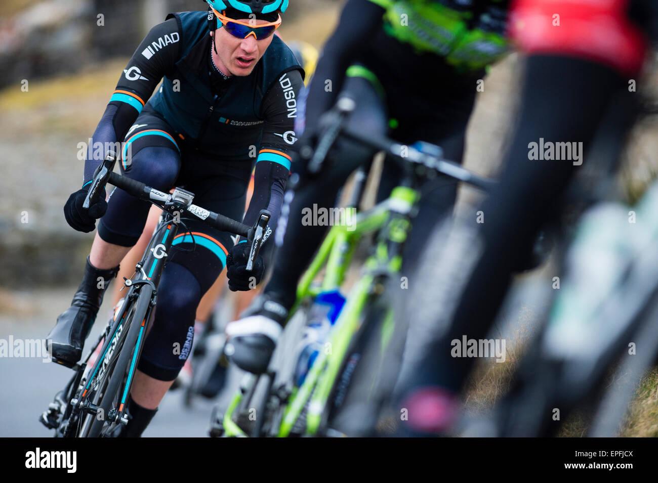 Männliche Radfahrer in einem wettbewerbsfähigen professionellen Radsport Radrennen, UK Stockbild