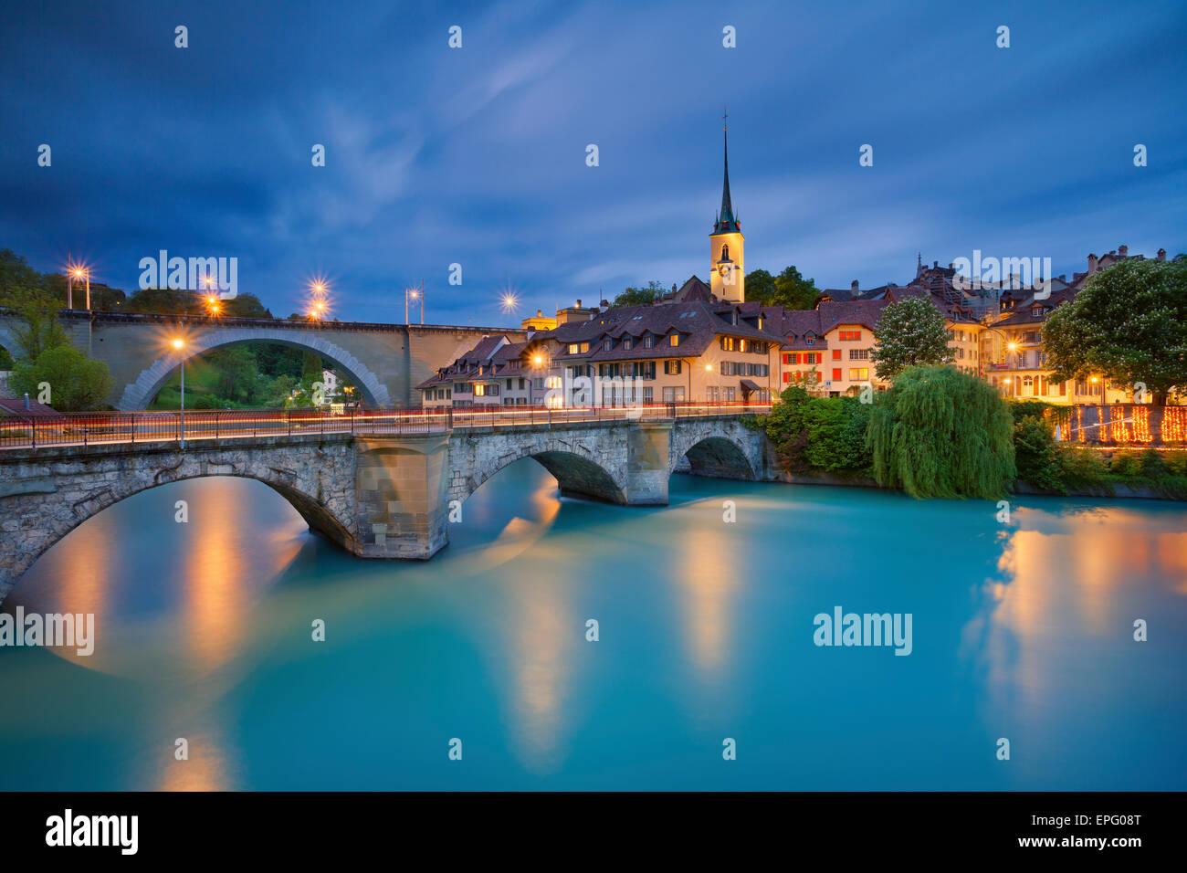 Bern. Bild von Bern, Hauptstadt der Schweiz, während der blauen Dämmerstunde. Stockbild