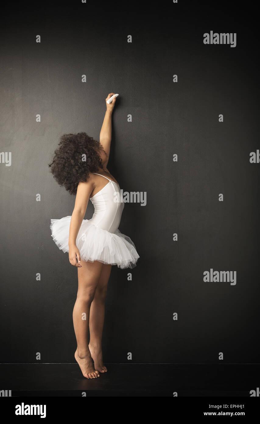 Kleines Ballett-Tänzerin machen Kreidezeichnungen Stockbild