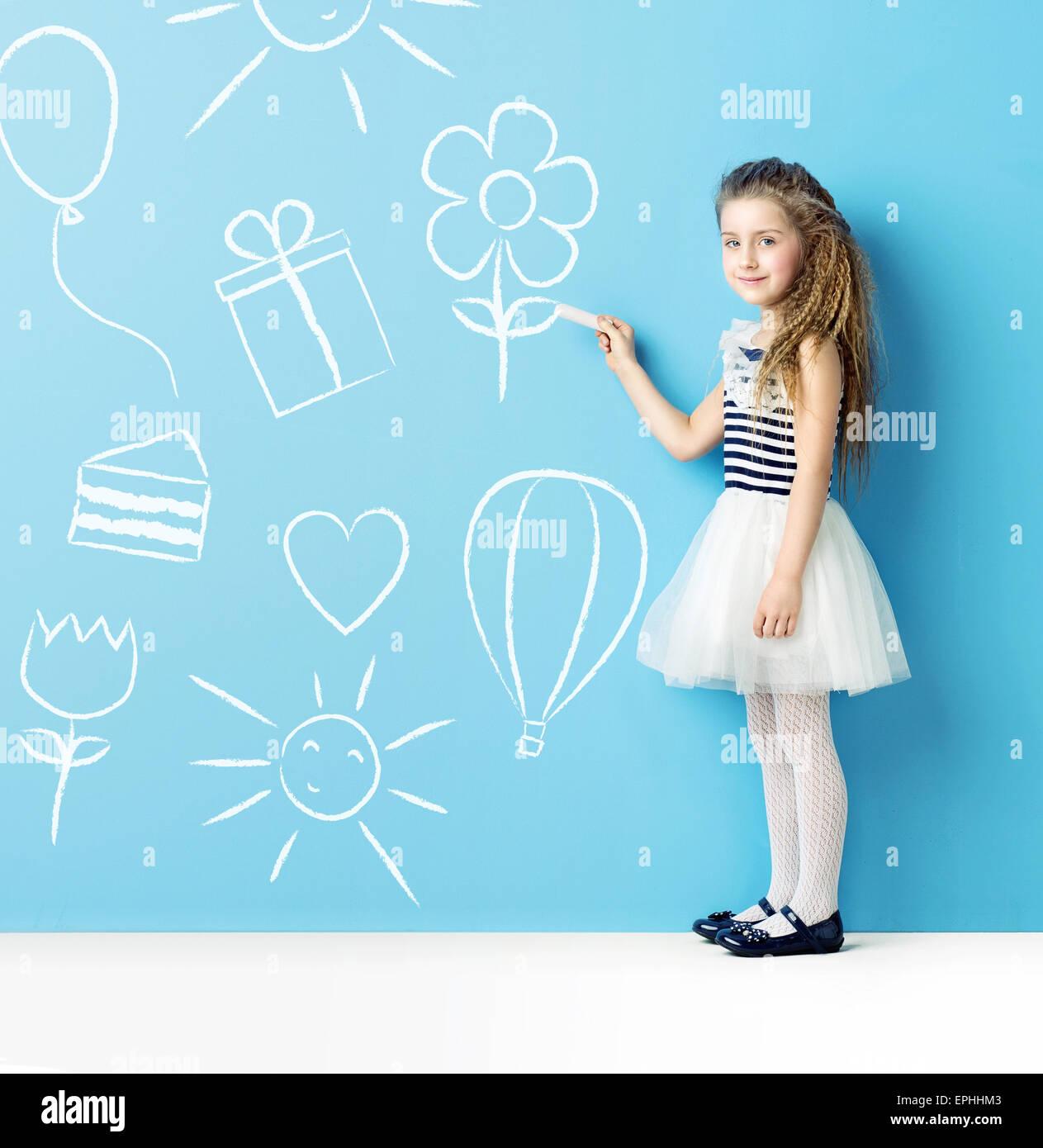 Kleines Kind machen Kreidezeichnungen Stockbild