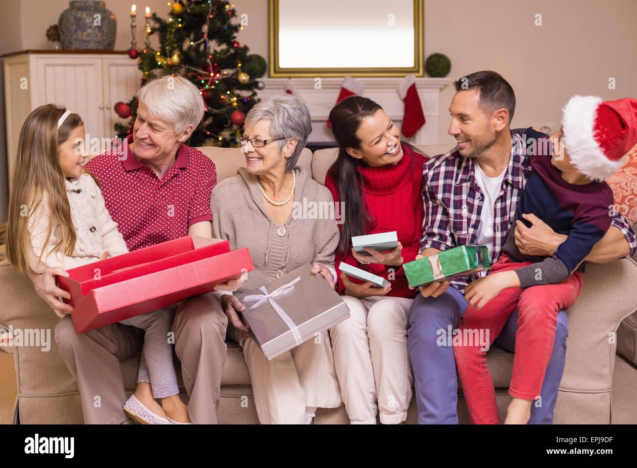 Festliche Eröffnung Geschenke zu Weihnachten Familie Stockbild
