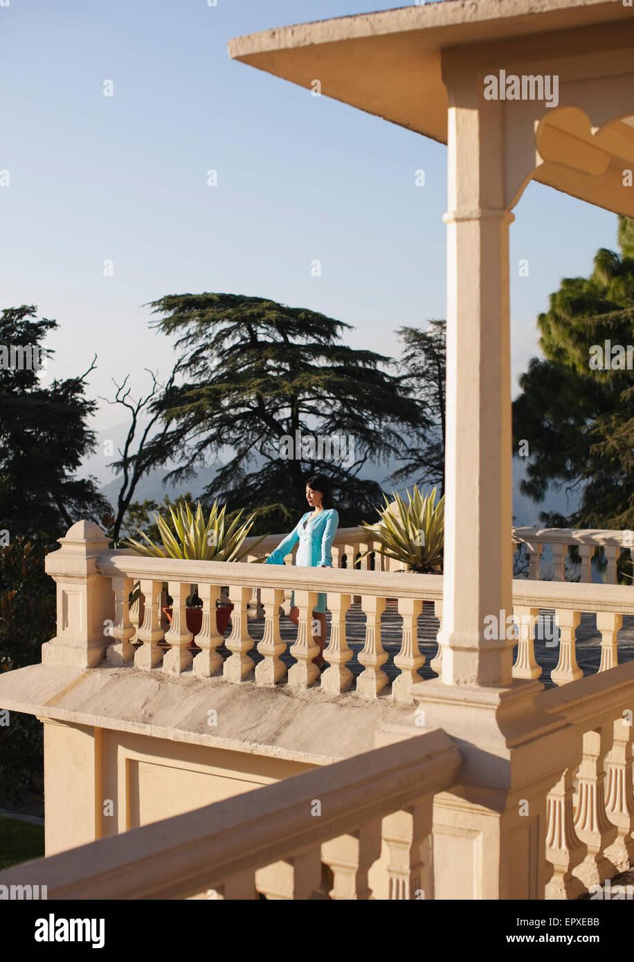 Eine junge Frau steht auf dem Balkon außerhalb der Vice-Regal-Suite in Ananda in den Himalaya, The Palace Estate Stockbild