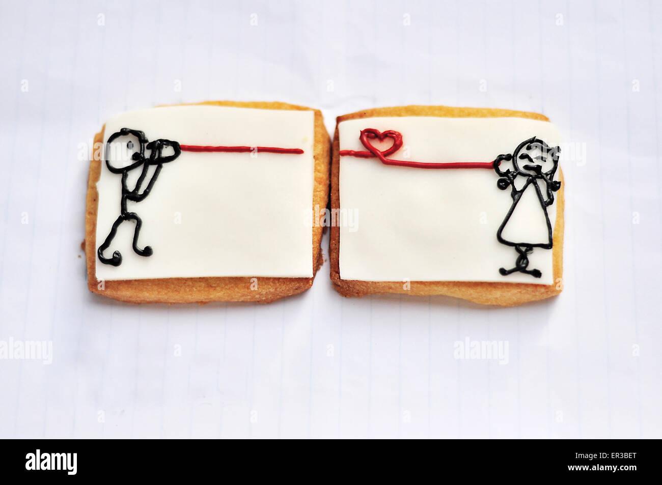Käse-Cracker mit Zeichnungen von einem Mädchen, ein Junge mit Blechdose Telefon sprechen Stockbild