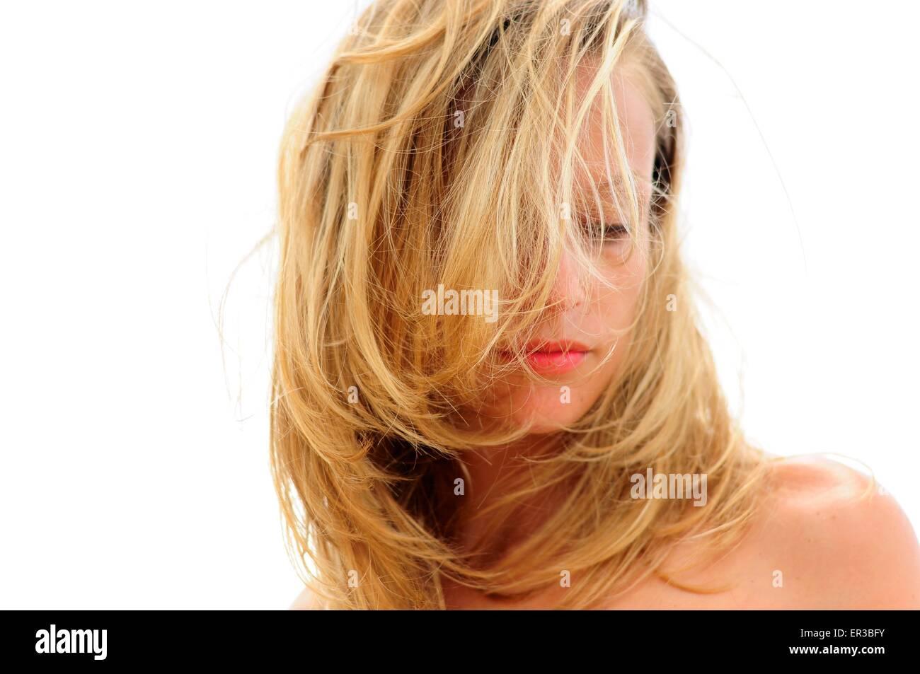 Frau mit Haaren bedeckte Gesicht Stockbild