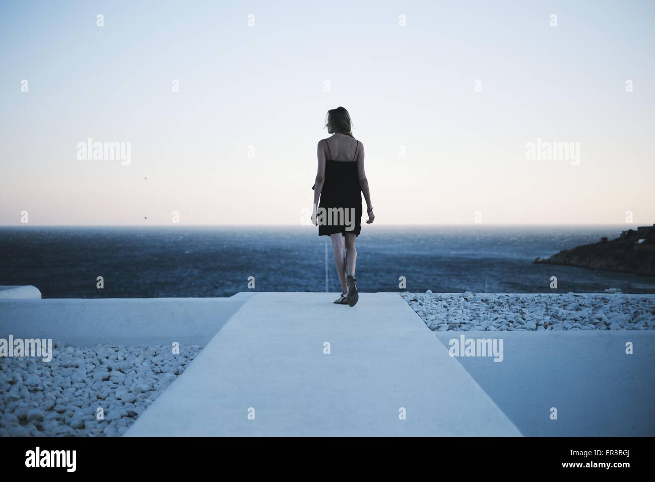Rückansicht des Frau Blick auf das Meer Stockbild