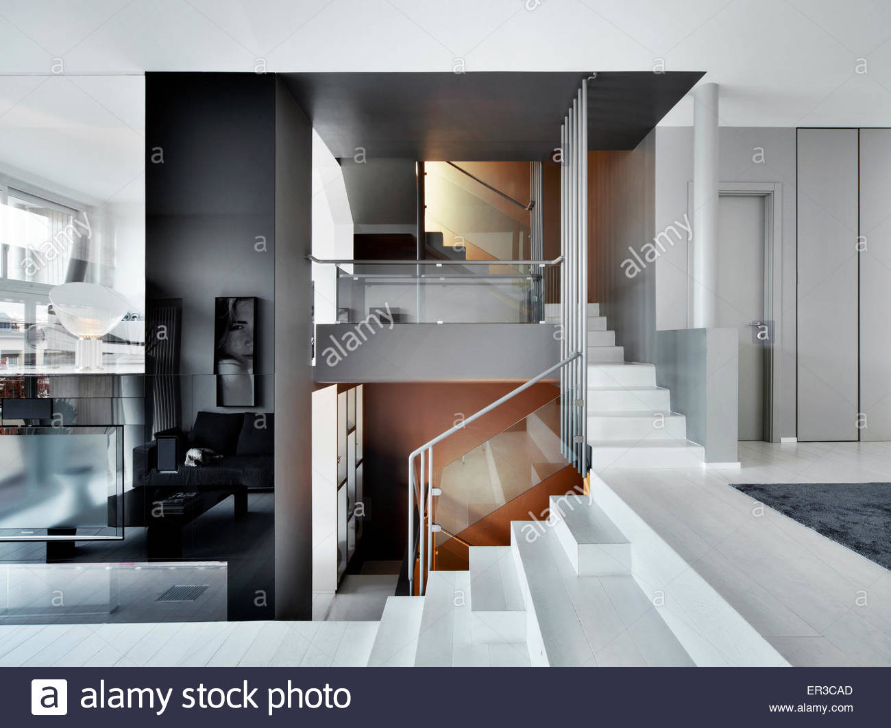 Weiße Treppe mit Metall und Glas Geländer in modernen Wohnung ...