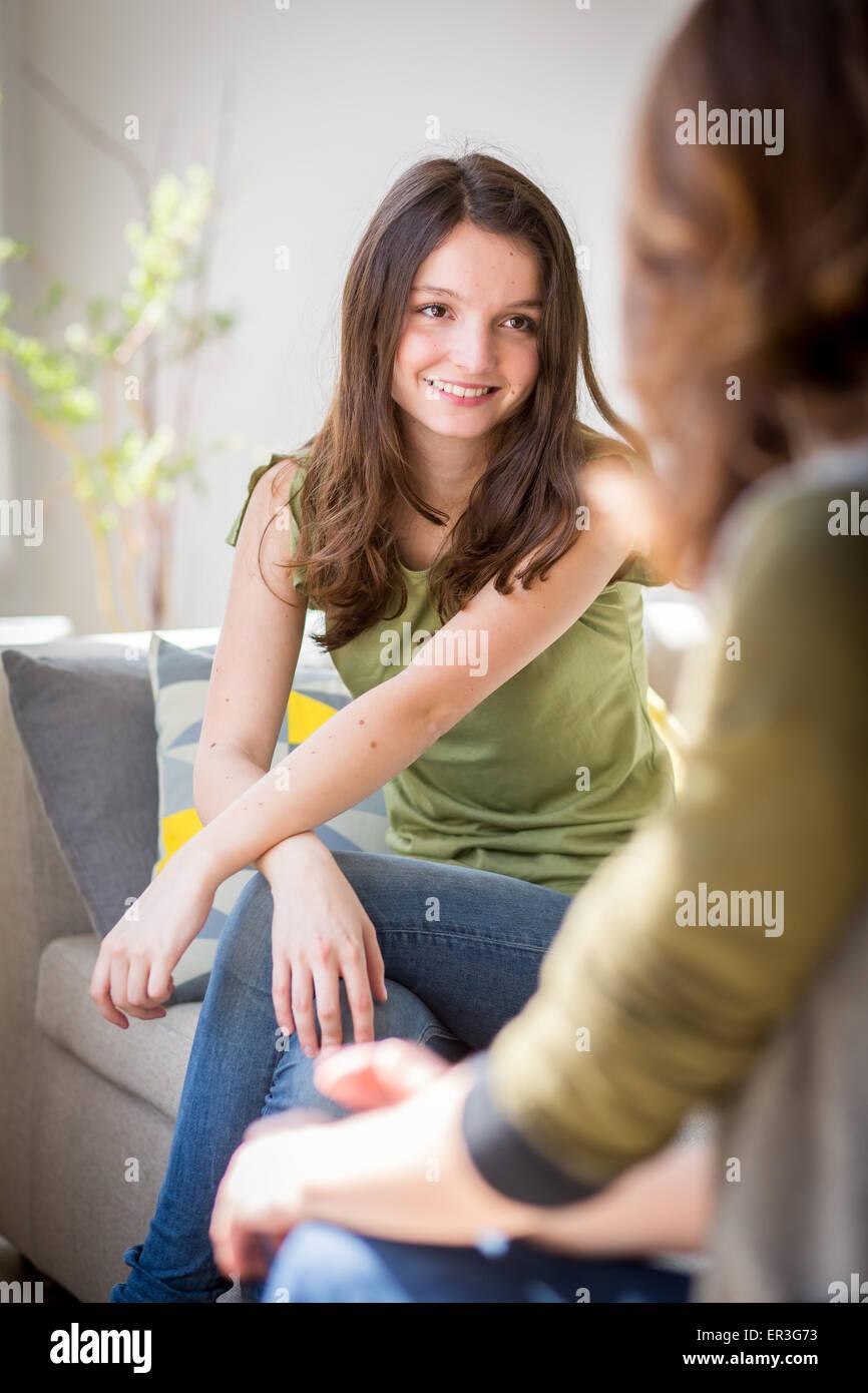 Frau mit einem Jugendlichen diskutieren. Stockbild