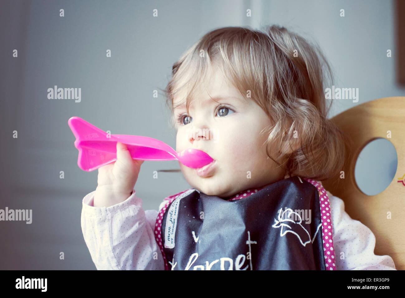 Babymädchen ernähren sich Stockbild