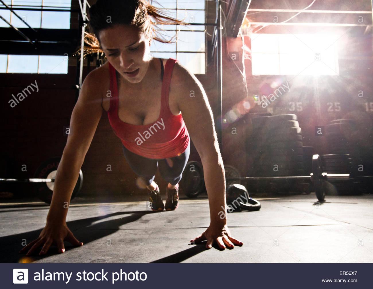 Ein Crossfit Athlet führt einen Push-up. Stockbild