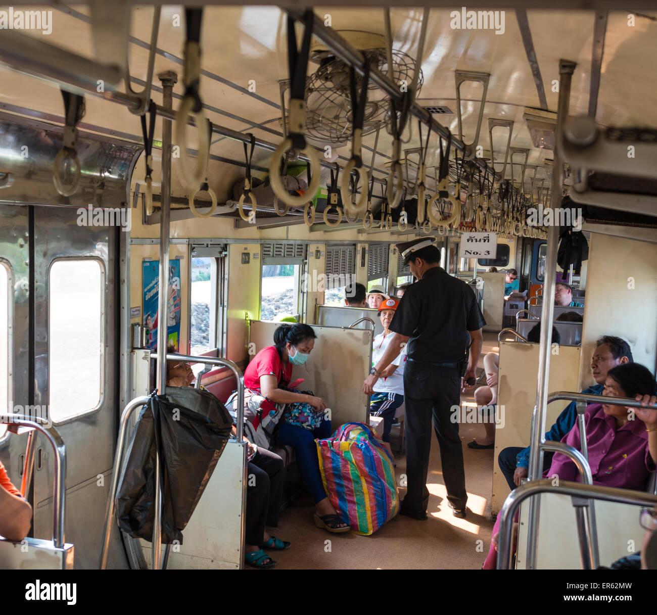 Kontrolleur in einem Regionalzug, Thailand Stockbild