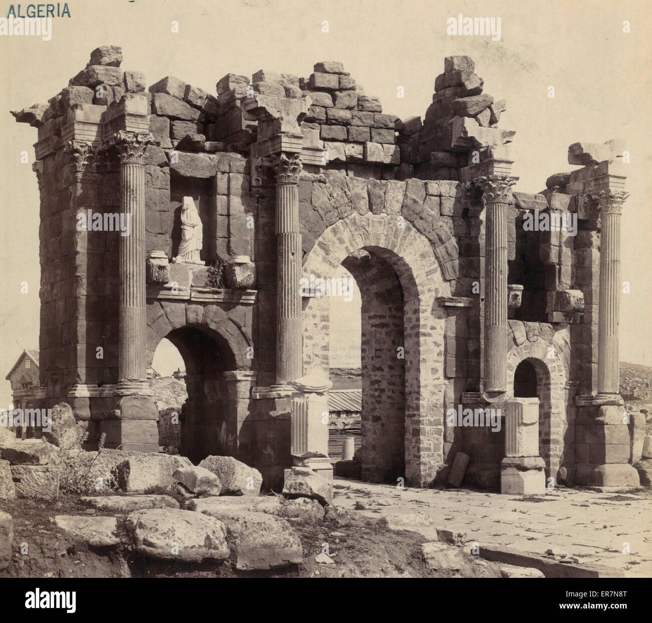 Timgad - Arch of Triumph de Trajan Cote Nord Ouest. Reste der römischen Triumphbogen des Trajan bei Thamugadi Stockbild