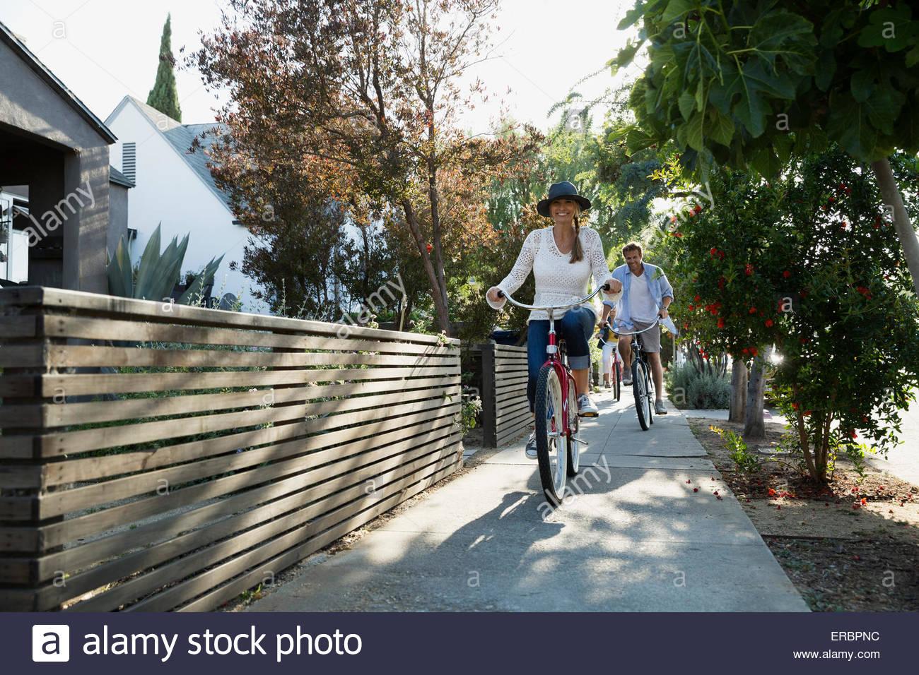 Paar Fahrrad auf Nachbarschaft Bürgersteig Stockbild
