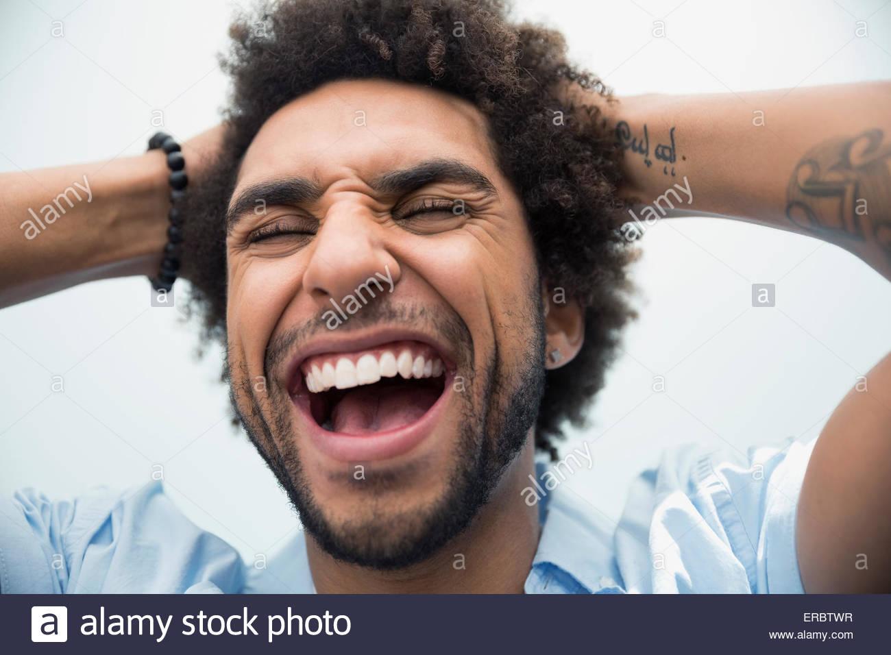 Nahaufnahme Hochformat begeisterten Mann mit geschlossenen Augen Stockbild
