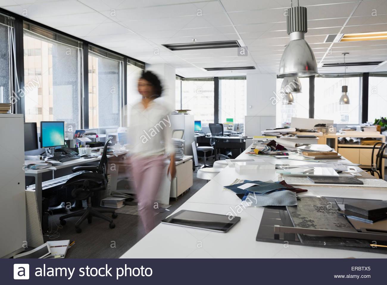 Bewegungsunschärfe Designer gehen im Büro Stockbild