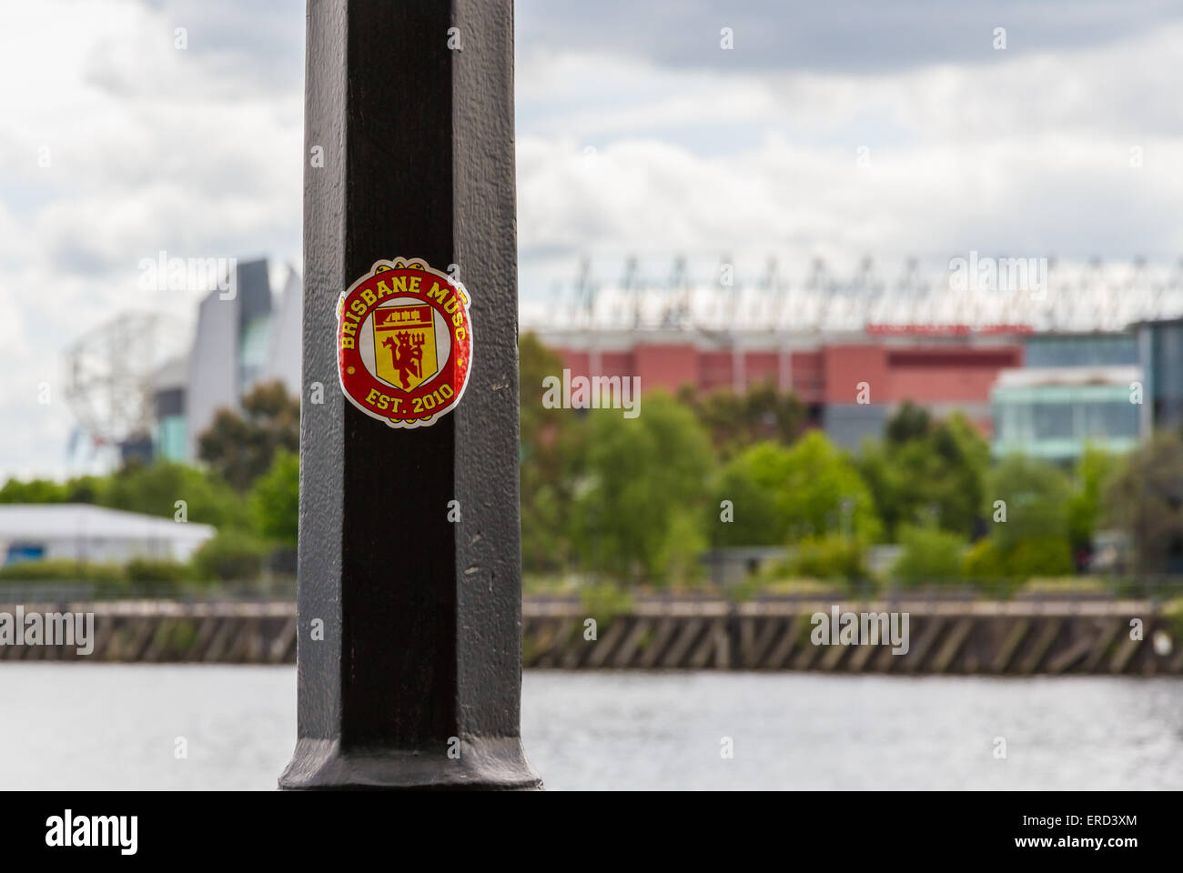 Brisbane MUSC, Manchester United Supporters Club Aufkleber auf einem Laternenpfahl vor Old Trafford Stockbild