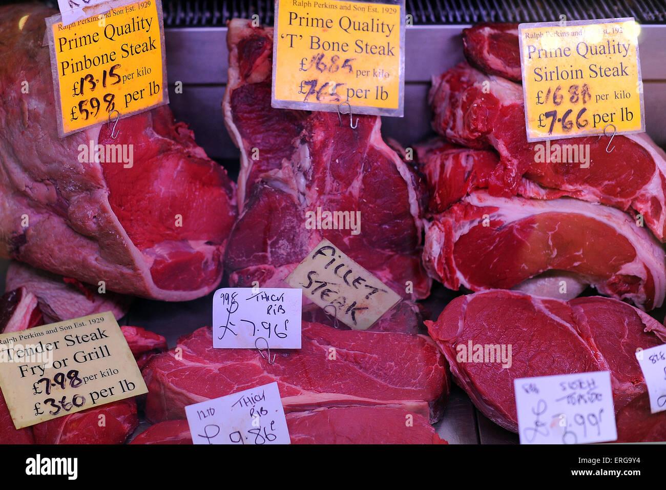 Rotes Fleisch Steaks in einem Markt zu verkaufen. Stockbild