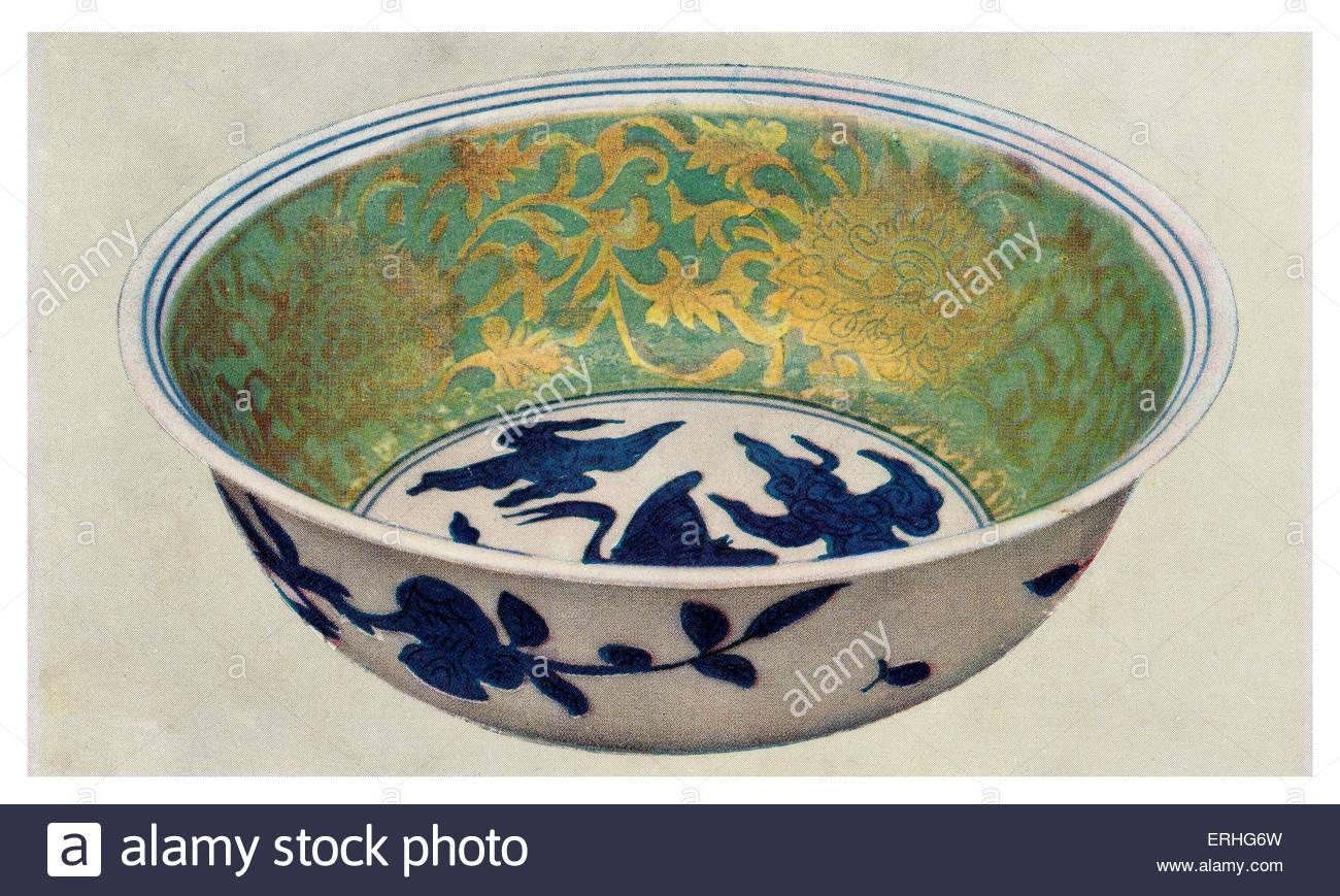 Alten chinesischen Porzellanschüssel mit grünen Emaille und vergoldeten Schriftrollen. Chia-Ching-Zeitraum Stockbild