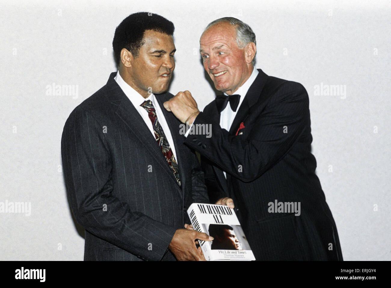 Legendäre amerikanische Boxer Muhammad Ali, ehemals Cassius Clay und Englands Henry Cooper, die er 1963 und Stockbild