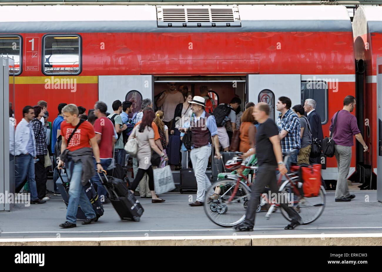 Menschenmenge vor einem Regionalzug am Hauptbahnhof Stuttgart, Stuttgart, Baden-Württemberg, Deutschland Stockbild