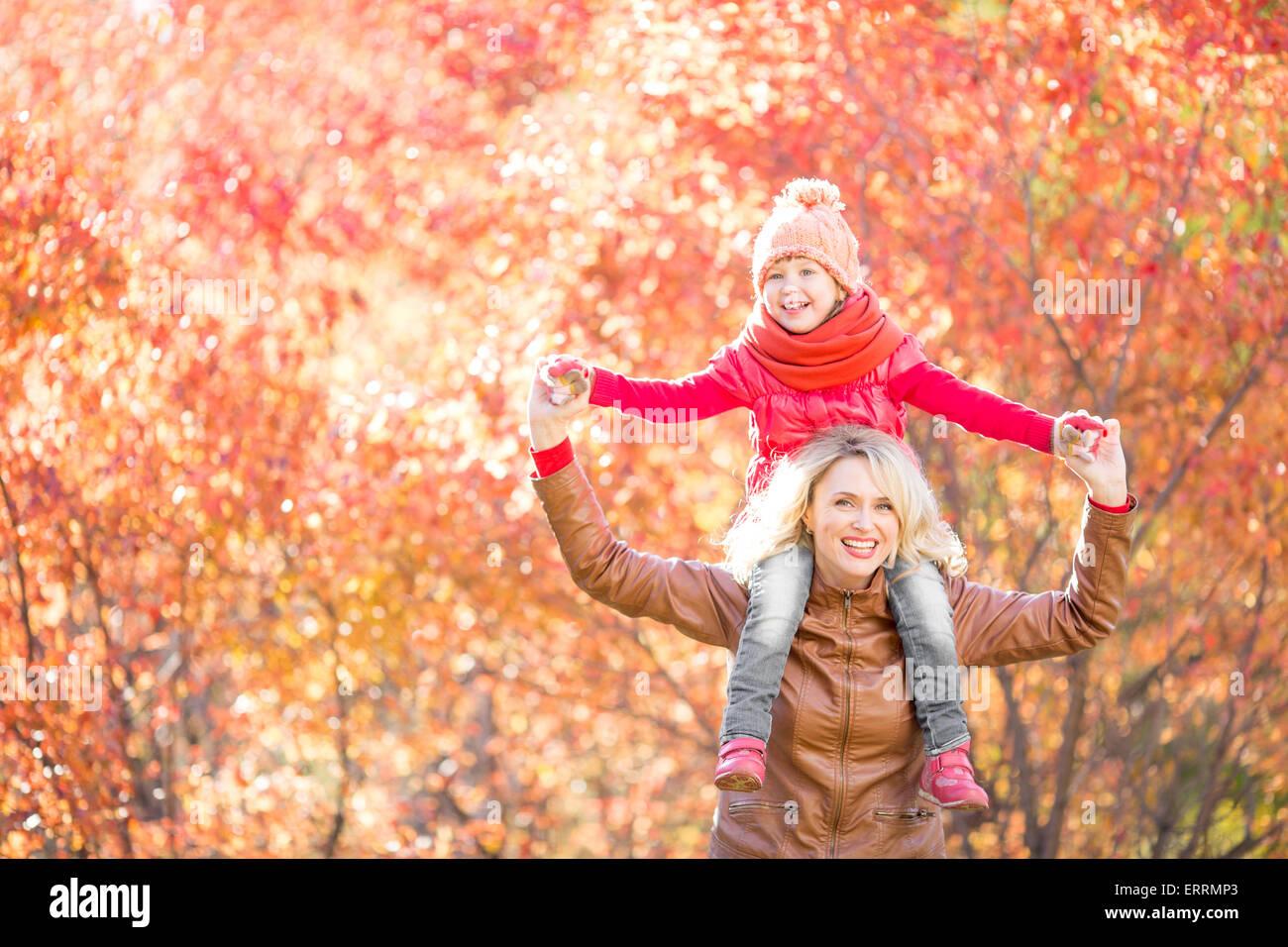 Glückliche Familie Wandern im Herbst Stockbild