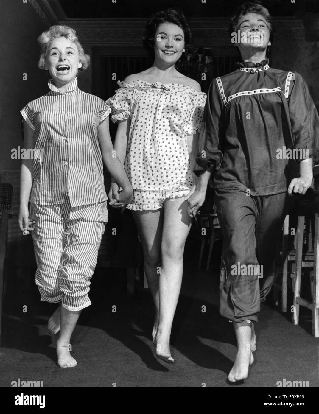 Drei weibliche Modelle in Nachtwäsche. September 1955 Stockbild