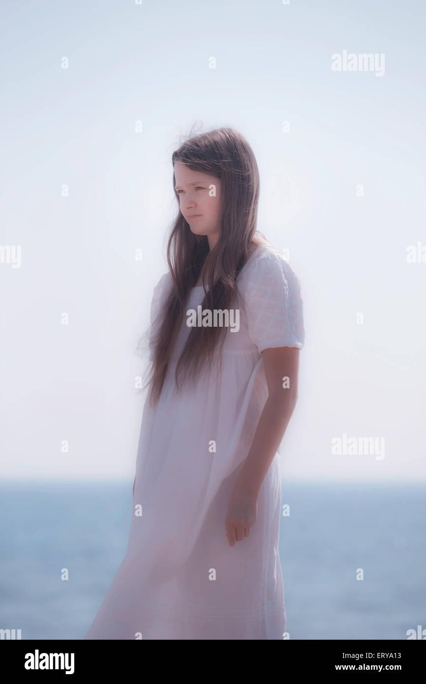 ein Mädchen in einem weißen Kleid Stockbild