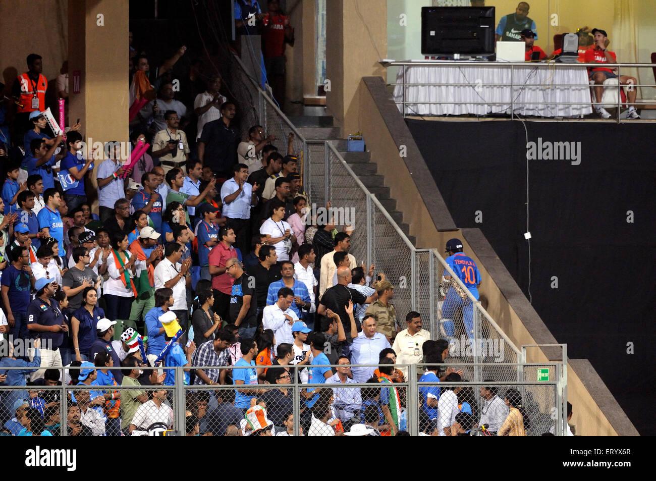 Cricket-fans legendäre Batsman Sachin Tendulkar zu Fuß Ankleidezimmer Wicket 2011 ICC World Cup-Finale Stockbild