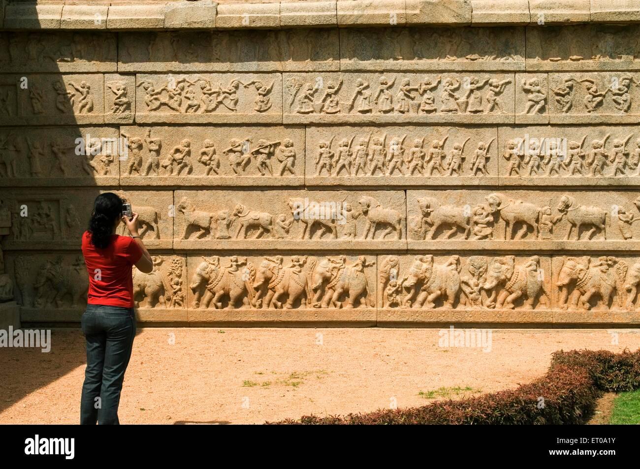 Außenwand des Ramachandra Tempel mit Schnitzereien verziert; Hampi; Karnataka; Indien Stockbild