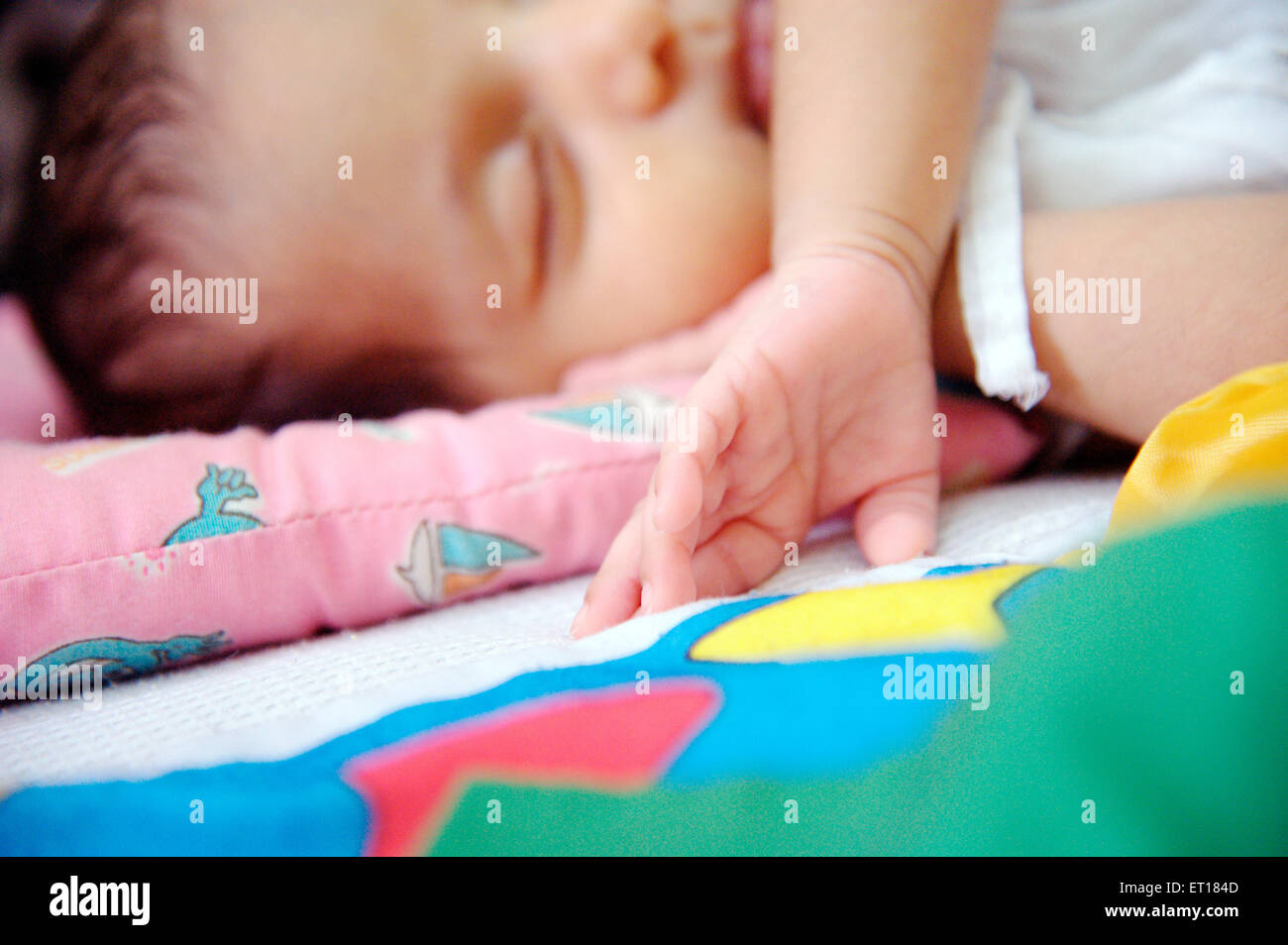 Indische Baby schlafen bedruckte Kissen zarte Finger - HERR #736 LA Stockbild