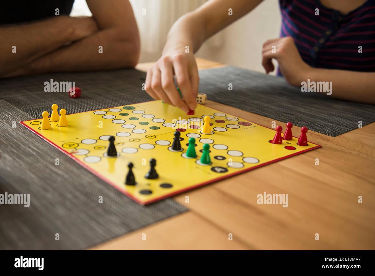 Mittelteil von Vater und Tochter spielen ein Brettspiel, Bayern, Deutschland Stockbild