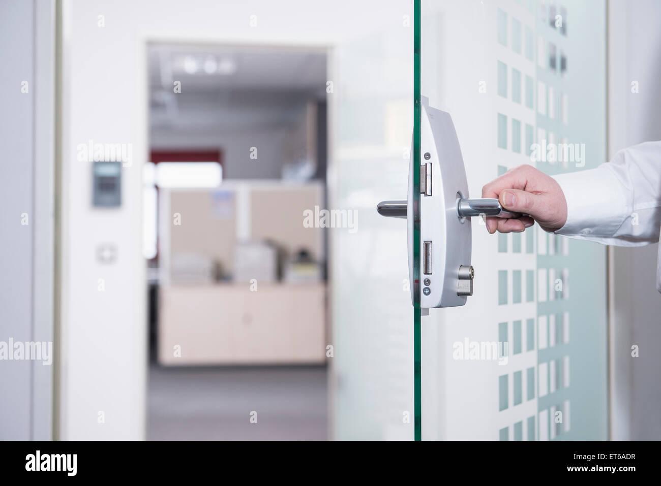 Geschäftsmann, öffnen der Bürotür, München, Bayern, Deutschland Stockbild