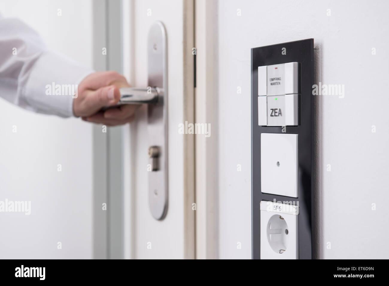 Hand des Mannes, die Tür geschützt mit der zentrale, München, Bayern, Deutschland Stockbild